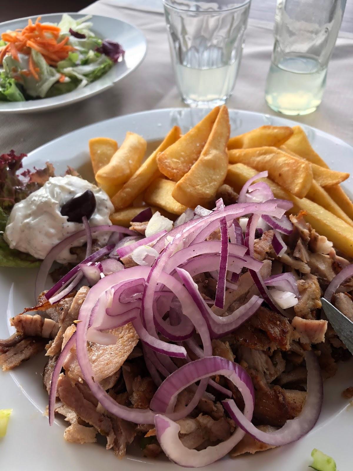 Gyrosteller mit Patates beim Griechen in Köln