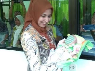 Bupati Faida Trenyuh Gendong Bayi yang Ditelantarkan Ortu