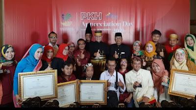 Pemprov Jatim  Raih Penghargaan  Wujudkan Graduasi Keluarga Penerima Manfaat Program Keluarga Harapan (KPM PKH) dari Mensos RI
