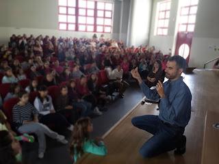 Ο Βαγγέλης εξηγεί στα παιδιά πως ξεχωρίζει τα κέρματα