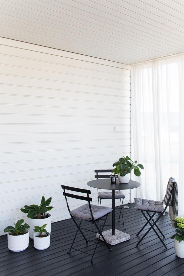 Villa H, terassin sisustaminen, hay Terrazzo-pöytä, fermob bistro tuoli