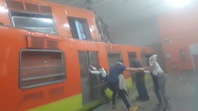trenes del metro destrozados