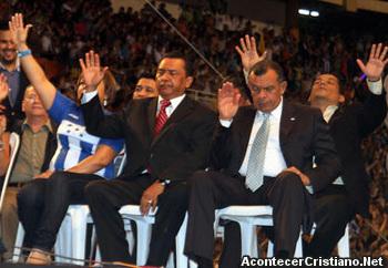 Presidente Porfirio Lobo orando