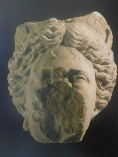 4188ac7ff18b4 Esta cabeça pertenceria a uma estátua marmórea de grande porte que se  ergueria ...