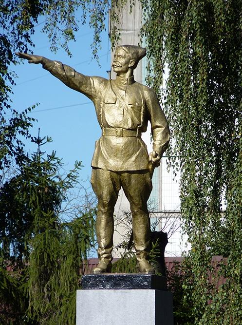 Пам'ятник В. Чапаєву у Лубнах, який розмістили у місті після присвоєння дивізії його імені