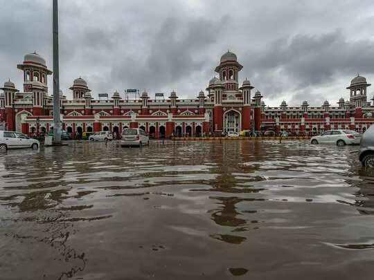 उत्तर प्रदेश में मूसलाधार बारिश से लोगों का हाल बेहाल, 2 दिन स्कूल कॉलेज बंद रखने के आदेश, अलग-अलग हादसों में 45 से अधिक की मौत
