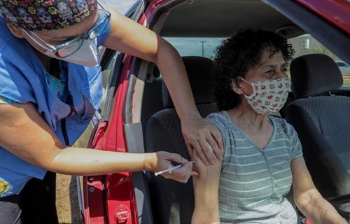 Trabalhadores da educação do ensino fundamental e médio começam a ser imunizados domingo