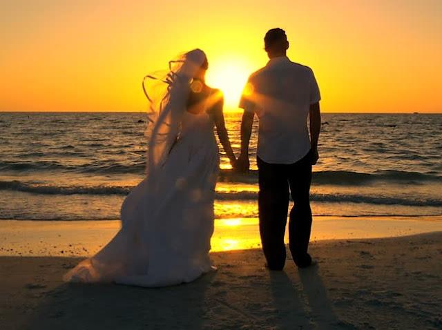 çift në bregdet të kapur për dore