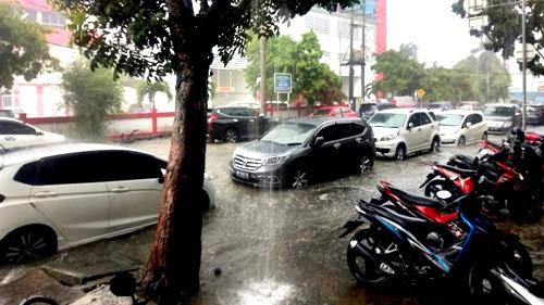 Hujan Deras, Jalan Hangtuah-Jln Sudirman Kota Pekanbaru Mendadak Berubah Jadi Laut
