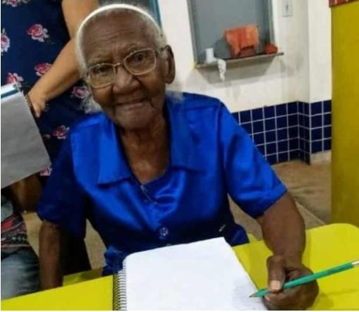 Idosa começa a estudar aos 104 anos e sonha em ler a Bíblia toda