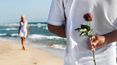5 أشياء تضمن استمرار الرومانسية بعد الزواج رجل يحمل ورد ورود ازهار لحبيبته يقدم خلف ظهره man hold flowers roses behind his back to girlfriend woman