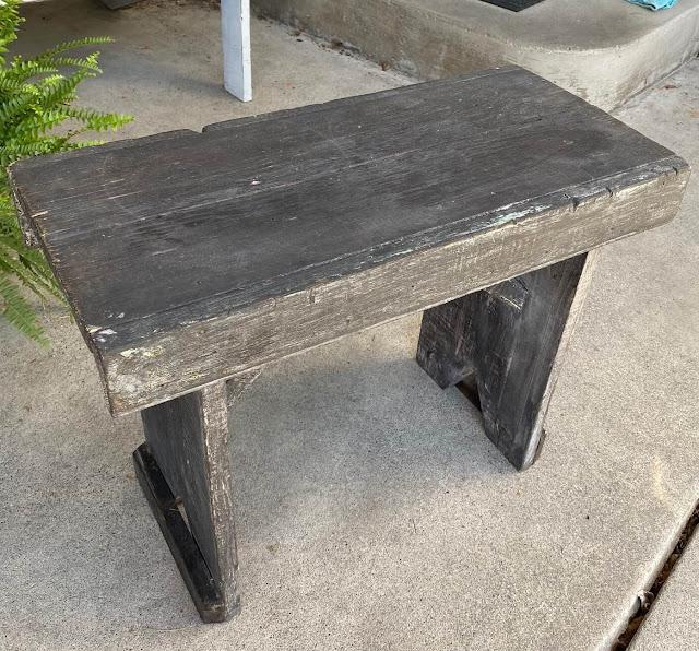 Foto de um banco de madeira rústico.