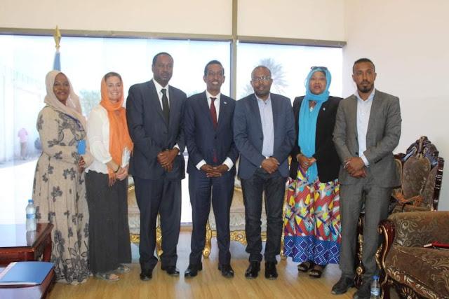 بالصور : وزير الخارجية الصومالي  يجتمع مع مدير شرق وقرن إفريقيا للمنظمة الدولية للهجرة