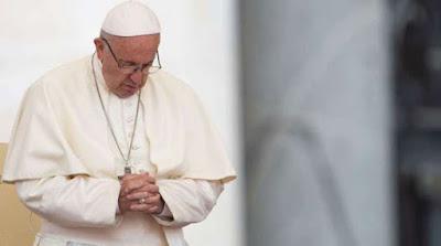 imagem do Papa Francisco rezando.