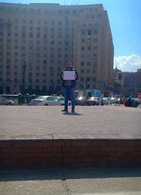 القبض على شاب تظاهر بلافتة معارضة في ميدان التحرير