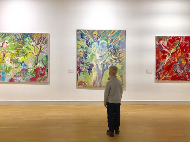 lapsi taidenäyttelyssä