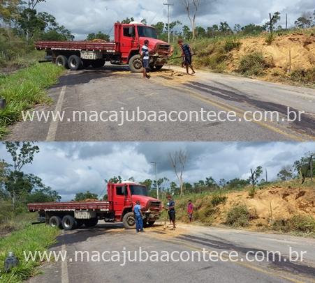 Motorista perde controle, e caminhão bate no canteiro da BA-130, trecho que liga Macajuba a Ruy Barbosa