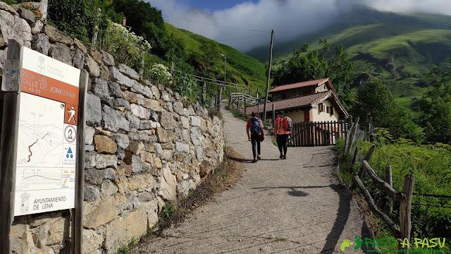 Tuiza de Arriba y el cartel de la Ruta por el Valle de Jomezana