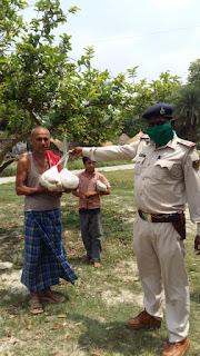 डेरनी थानाध्यक्ष ने जरूरतमंदों के बीच खाद्यान्न किया वितरित