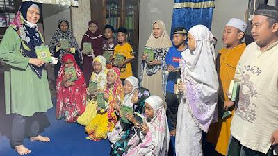 Setelah di Wajo dan Pangkep, Andi Nurhidayati Kembali Serahkan Bantuan Mushaf al-Qur'an di Bone