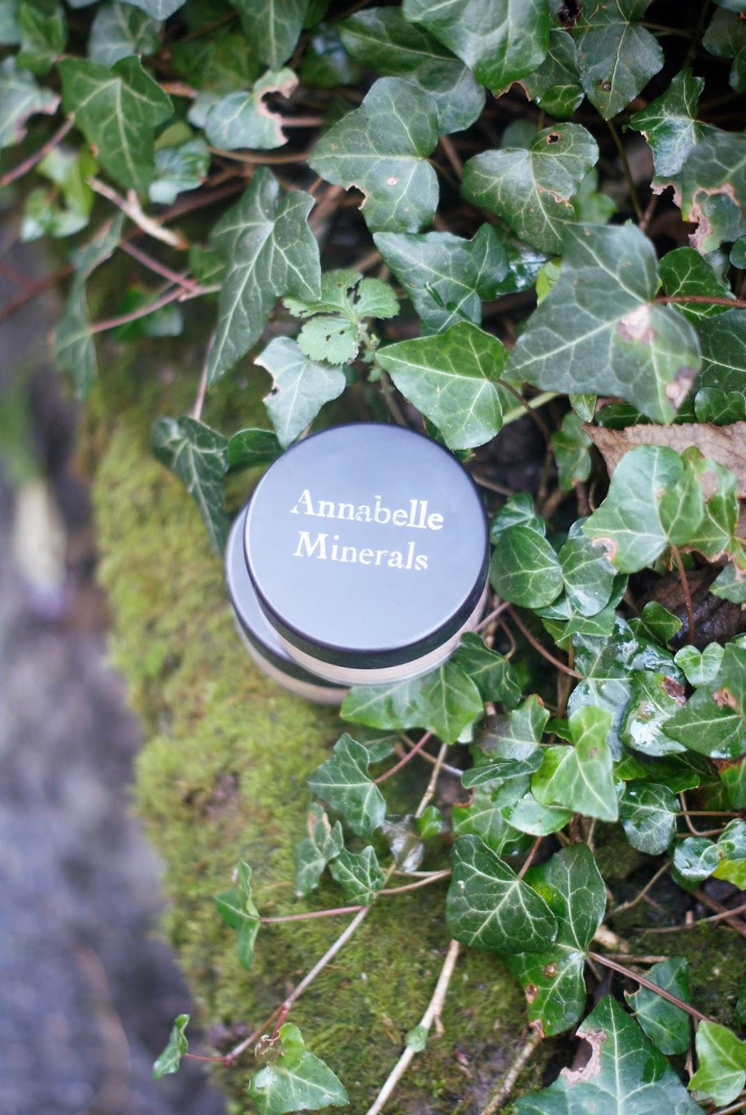 Puder matujący i rozświetlający/ Annabelle Minerals.