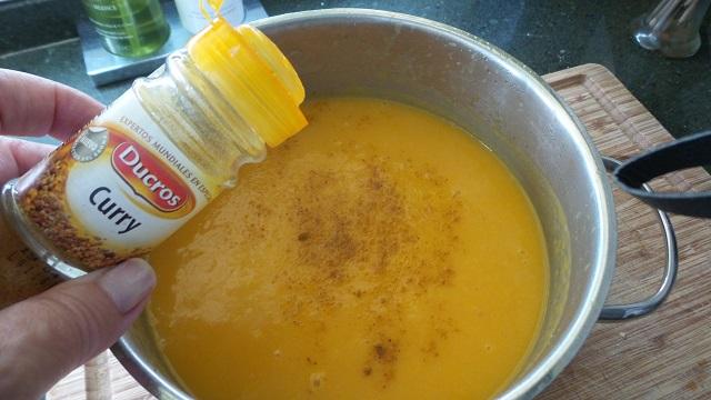 Añadiendo el curry a la crema de calabaza