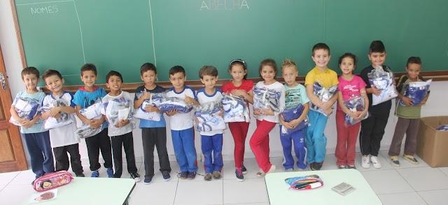 Curitiba segue exemplo da Prefeita Beti Pavin de Colombo e quer passar a dar uniforme e kit escolar para os alunos de graça
