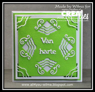 "Een wit-groen felicitatiekaartje met hoekjes ""in"" en ""op"" het papier. A white-green congratulatory card with corners ""in"" and ""on"" the paper."