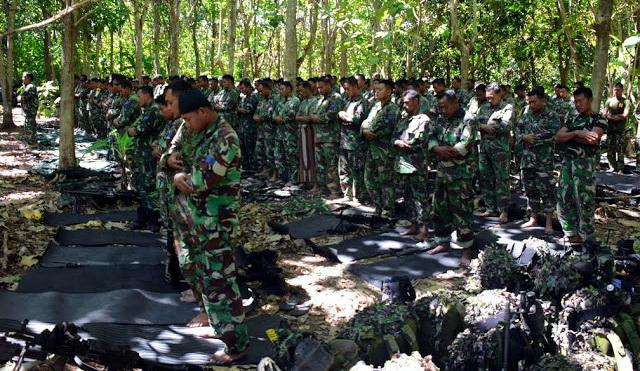 Subhanallah, Para Prajurit TNI Ini Tetap Shalat Jum'at Meski Di Hutan