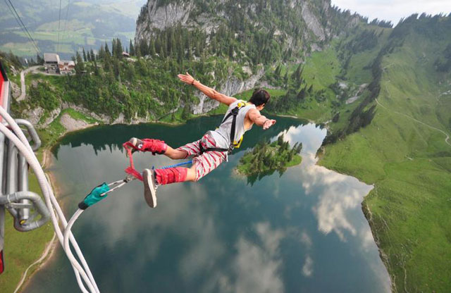 Bungee Jumping di Atas Sungai Penuh Buaya