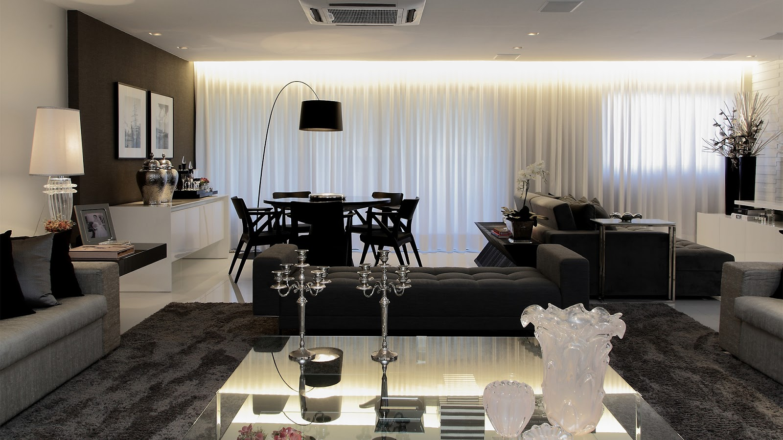 decoracao sala branco e preto:Salas de estar, jantar e tv integradas e decoradas de preto, branco e