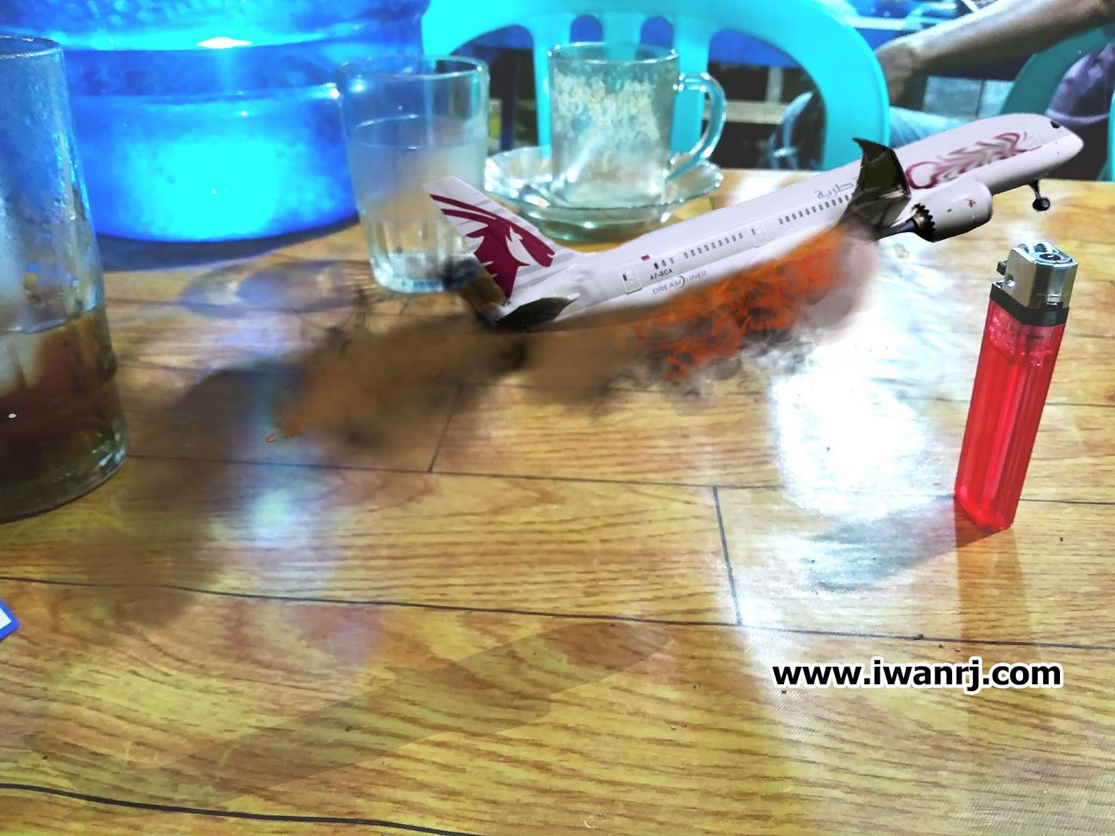 Gambar: Pesawat Meluncur Terbakar Diatas Meja Makan Edited By: Iwan RJ Lokasi: Warung Nasi Goreng Malam (Samping Pasar Buah Sriwijaya) Kualatungkal, Tanjung Jabung Barat - Jambi.