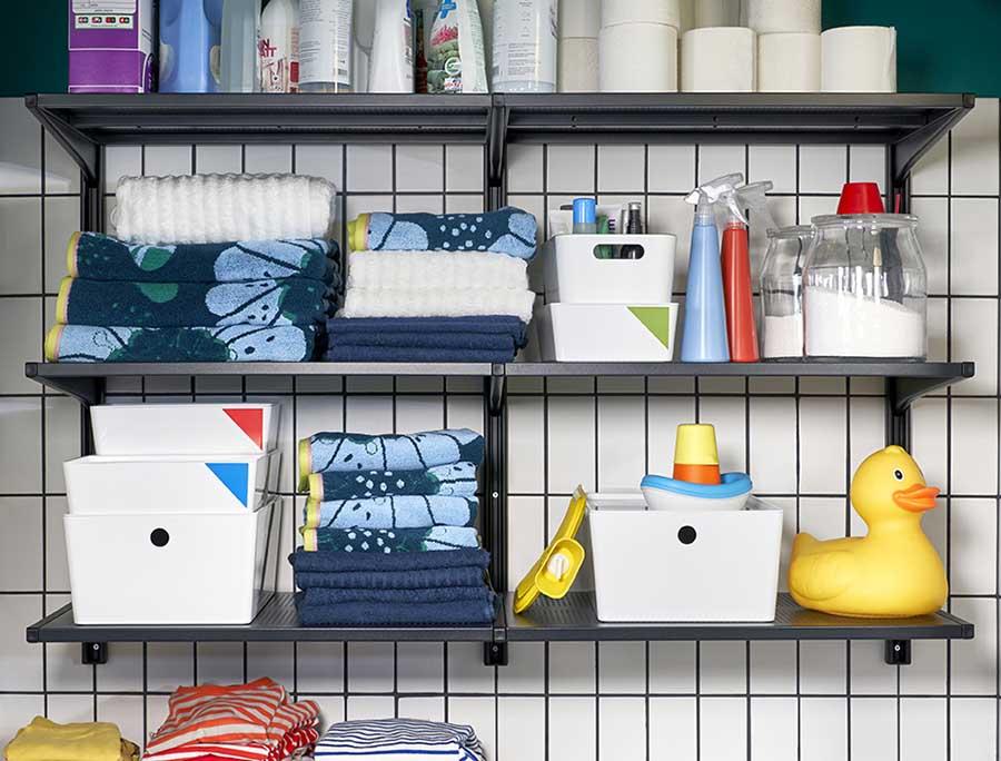 Novedades catálogo Ikea 2020 baño cajas blancas de almacenaje y estanterías negras