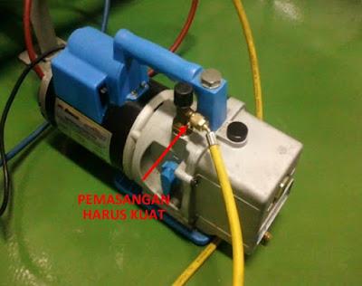Pemasangan selang analizer dengan kuat pada pompa vakum
