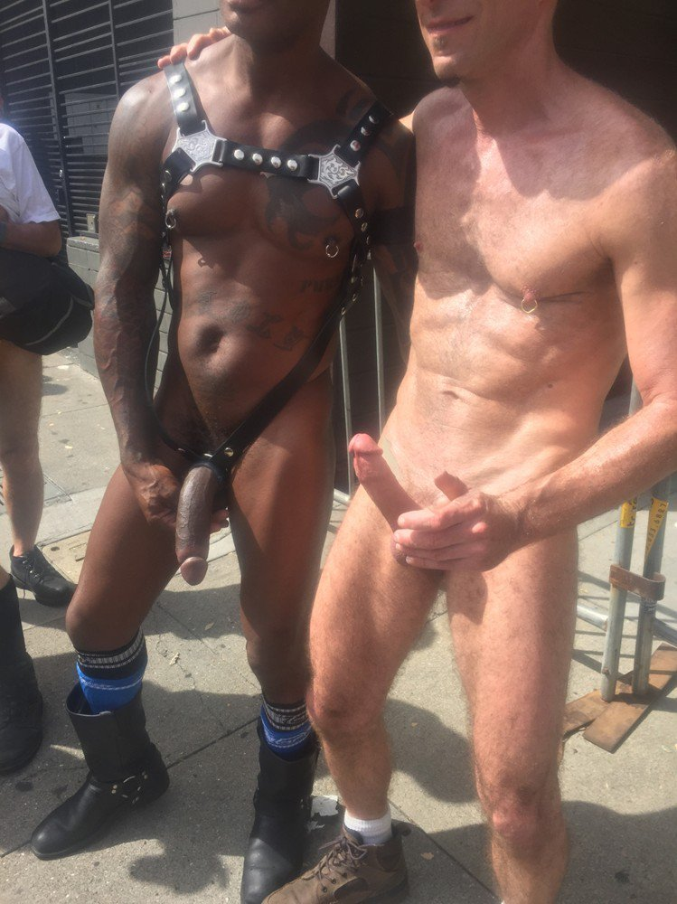 agarrando penes en publico y erectos