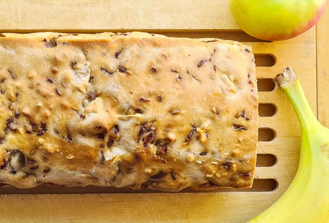 Rezept: Schneller Apfel-Banane-Schoko-Kuchen ohne Zucker. Kein extra Süßmittel und dennoch schön saftig: Mit Äpfeln, Bananen und Schoki ist dieser Kuchen der Hit!