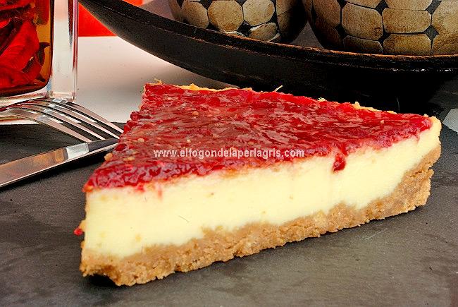 Tarta de queso, leche condensada y mermelada de frambuesas