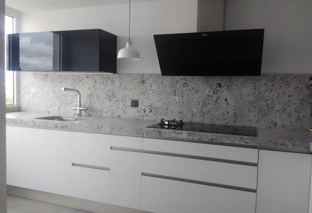 Baño Suelo Gris Pared Blanca: mueble superior, especialmente útil para vasos y la vajilla diaria