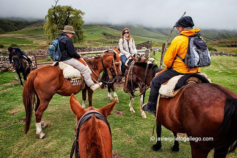 """Paseo a caballos por el entorno de la estancia jesuítica """"Las Carreras"""", a 12 km de Tafí del Valle. Fue construida en torno 1718. Hotel rural. Provincia de Tucumán. Argentina © Javier Prieto Gallego www.estancialascarreras.com"""