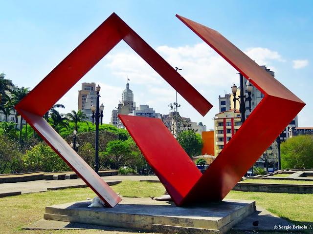 """Escultura """"Dialogo"""" exposta no Jardim das Esculturas - Praça da Sé"""