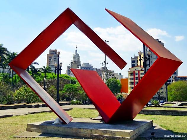 """Escultura """"Diálogo"""" exposta no Jardim das Esculturas - Praça da Sé"""
