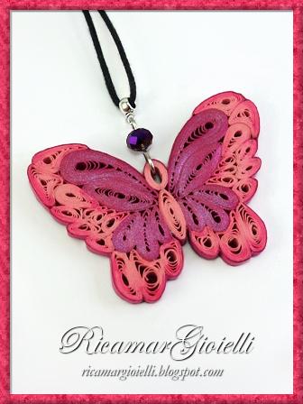 Ciondolo a farfalla realizzato in carta con la tecnica quilling