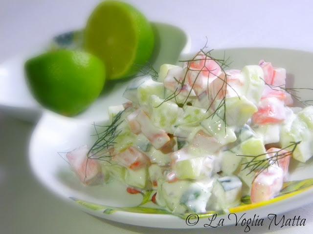 Insalata di cetrioli con panna acida e lime