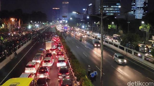 Makin Panas! Mahasiswa Merangsek ke Jalan Tol DPR, Tutup Jalur Slipi-Pancoran