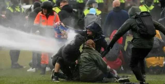 Ολλανδία: Διαδηλώσεις και συγκρούσεις για την απαγόρευση κυκλοφορίας