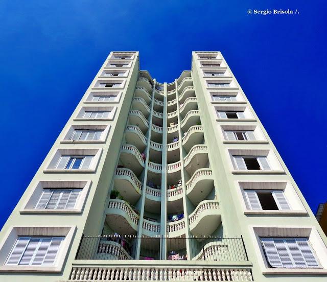 Perspectiva inferior da fachada do Edifício Embassy - Luz - São Paulo