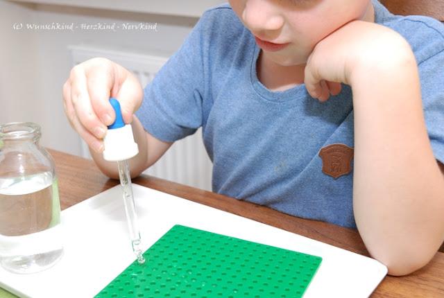 Lernen mit lego bietet vielfältige Möglichkeiten. Kombinieren wir Legoplatten mit einer Pipette, erhalten wir eine tolle Übung für die Feinmotorik, die Fingermuskulatur und die Augen-Hand-Koordination.