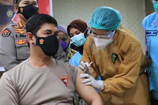 Jalani Vaksinasi Covid 19, Kapolda Sulsel: Tidak Ada alasan Takut dan Ragu, Vaksin Ini Aman dan Halal