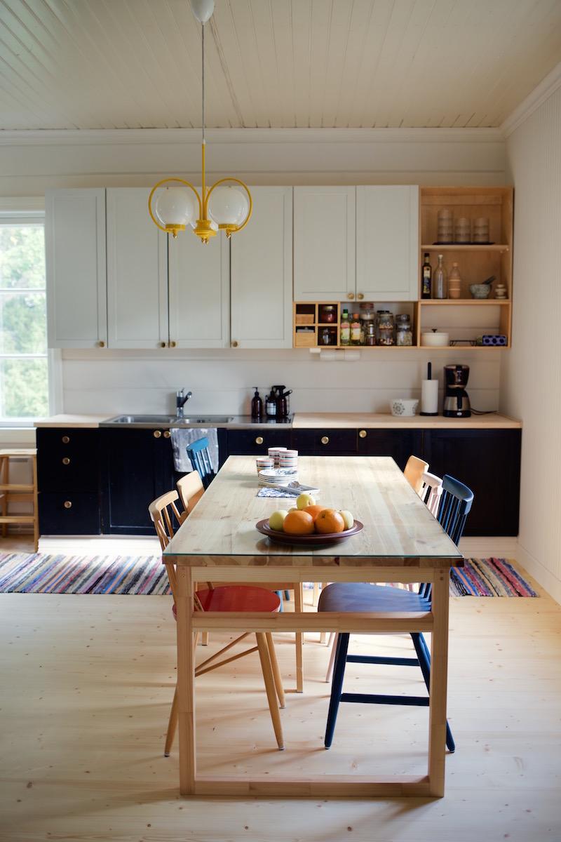Lautalattia. Lankkulattia. DIY ruokapöytä. Vesivahinko vanhassa talossa / hirsitalossa / vesivahinkoremontti. Sateenkaaria ja serpentiiniä.