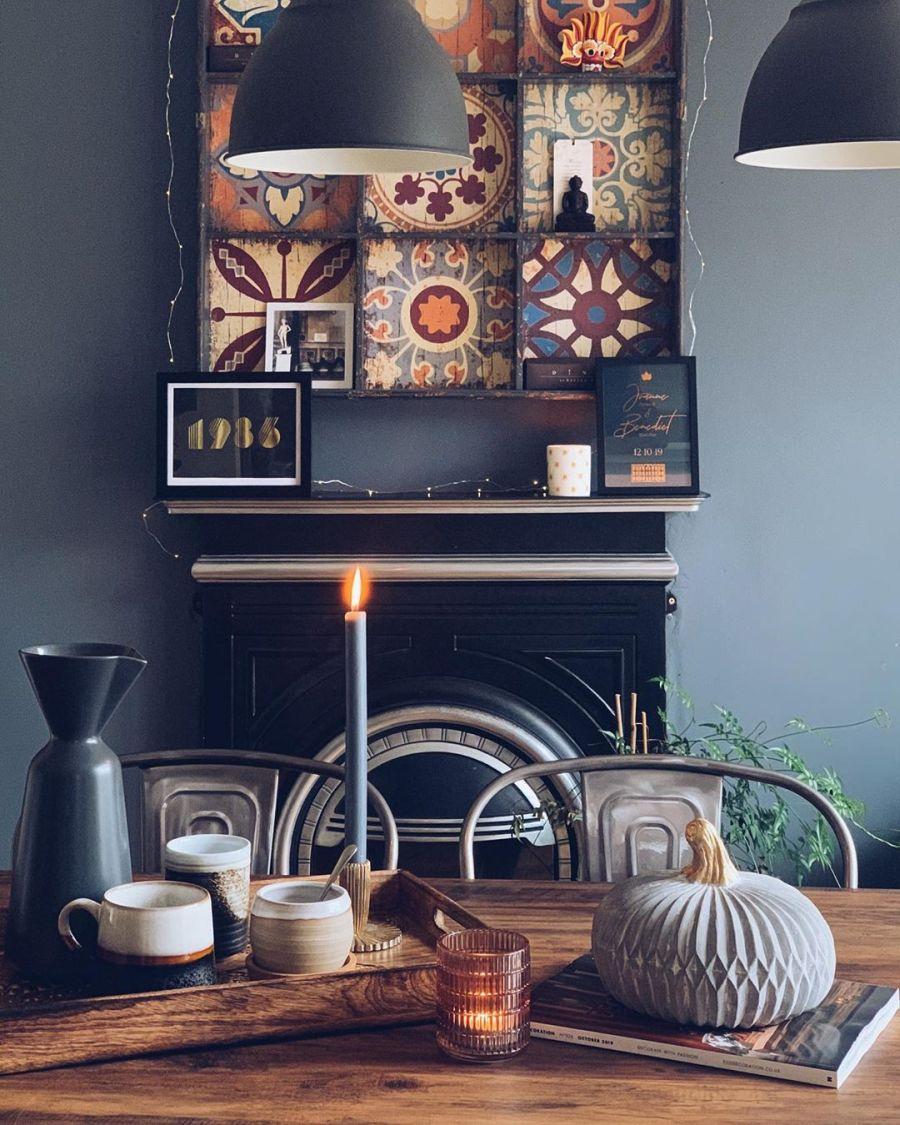 Przytulne mieszkanie urządzone w myśl filozofii hygge, wystrój wnętrz, wnętrza, urządzanie domu, dekoracje wnętrz, aranżacja wnętrz, inspiracje wnętrz,interior design , dom i wnętrze, aranżacja mieszkania, modne wnętrza, hygge, styl skandynawski, Scandinavian style, salon, living room, pokój dzienny, stół drewniany, fotel, kominek, koza, jadalnia, dining room